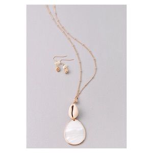New! Gold Seashell Pendant Necklace Set